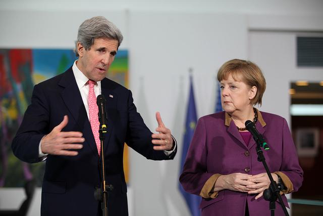 Außenminister Kerry und Bundeskanzlerin Merkel. Von der US-Botschaft (usabotschaftberlin) unter Creative Commons auf Flickr eingestellt.
