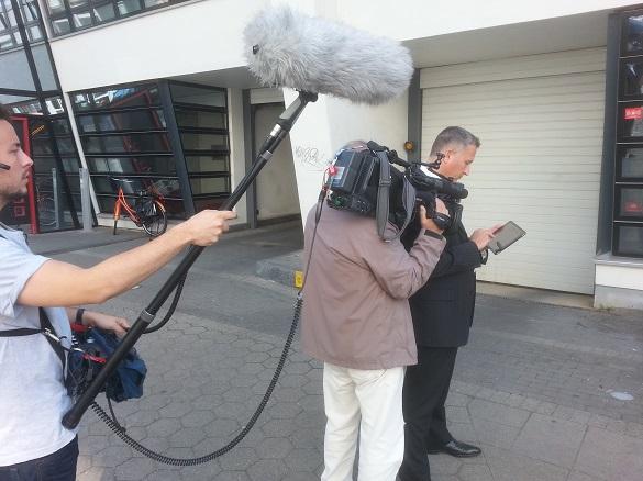 Das Team vom Mittagsmagazin mit Daniel Görs vor der Agentur